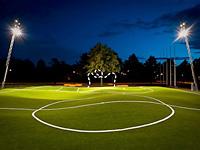 Кривое футбольное поле с закрученными воротами
