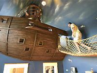 Интересная детская спальня пиратский корабль