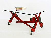 Стеклянный стол из разводных ключей