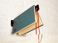 Интересное решение книжной закладки в стене