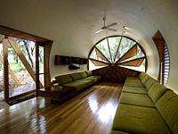 Трубообразный дом с округлым окном